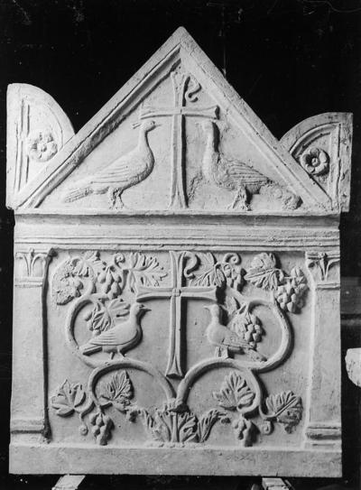 Fusignano, Chiesa di San Savino, Sarcofago con agnelli, fianco sinistro