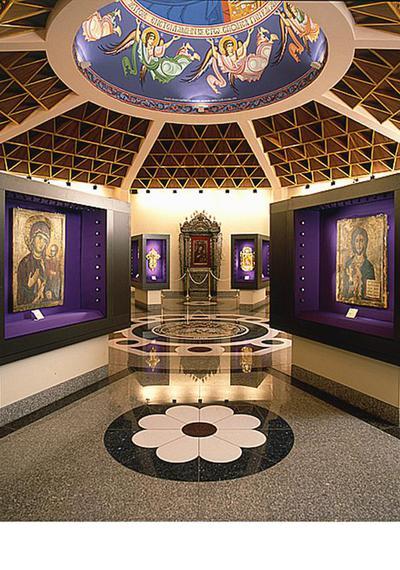 Μουσείο Ιεράς Μονής Κύκκου (Κύπρος): Γενική άποψη της αίθουσας 3 του Μουσείου της Ιεράς Μονής Κύκκου. Δύο εικόνες με το Χριστό και τη Θεοτόκο Οδηγήτρια εμφανίζονται σε πρώτο πλάνο.