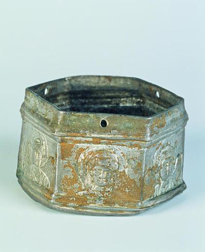 Μουσείο Ιεράς Μονής Κύκκου (Κύπρος): Αργυρό εξάπλευρο λεκανίδιο θυμιατηρίου κοσμημένο με προτομές νεαρού Χριστού και Παναγίας συνοδευόμενες εκατέρωθεν η κάθε μία από δύο αγγέλους. Διακρίνεται η Παναγία εκατέρωθεν δύο αγγέλων. (Δ 113)