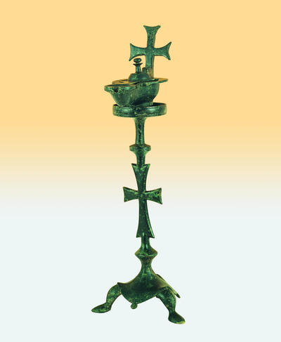Μουσείο Ιεράς Μονής Κύκκου (Κύπρος): Ορειχάλκινος λυχνοστάτης με λύχνο του οποίου η τορνευτή βάση και η λαβή κοσμούνται με ολόγλυφους σταυρούς με πεπλατυσμένες κεραίες (Δ 120)