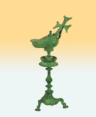 Μουσείο Ιεράς Μονής Κύκκου (Κύπρος):  Ορειχάλκινος λυχνοστάτης με λύχνο του οποίου η λαβή φέρει πεπλατυσμένο σταυρό και επίμηλα (Δ 250)
