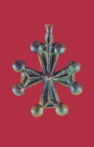 Μουσείο Ιεράς Μονής Κύκκου (Κύπρος): Χάλκινος επιστήθιος σταυρός. Αποτελείται από τριγωνόσχημες ελαφρά ανισοσκελείς κεραίες που φέρουν στις άκρες επίμηλα. Στην κορυφή φέρει ενιαίο με το σταυρό κρίκο ανάρτησης. (Δ 178)