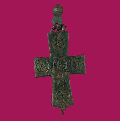 Μουσείο Ιεράς Μονής Κύκκου (Κύπρος): Επιστήθιος σταυρός-λειψανοθήκη. Αποτελείται από αρθρωτά κοίλα εσωτερικά μέρη που ενώνονται μεταξύ τους. Φέρει εγχάρακτη διακόσμηση από κύκλους. (Δ 170)