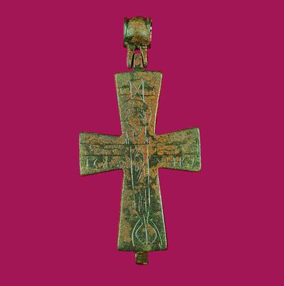 Μουσείο Ιεράς Μονής Κύκκου (Κύπρος): Ορειχάλκινος επιστήθιος σταυρός-λειψανοθήκη. Στη μία όψη εικονίζεται εγχάρακτος ο εσταυρωμένος Χριστός με το συμπίλημα Ι(ΗCΟΥ)C Χ(ΡΙΣΤΟ)C ΝΗΚΑ και στη άλλη ο Άγιος Θεόδωρος σε στάση δέησης. (Δ 156)