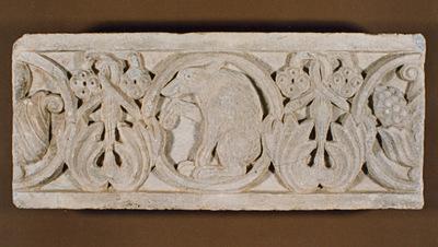 Μουσείο Ιεράς Μονής Κύκκου (Κύπρος): Μαρμάρινο παλαιοχριστιανικό ανάγλυφο (πιθανόν επιστυλίου), κοσμημένο με ελισσόμενο φυτικό διάκοσμο και κύκλους. (Δ 315)