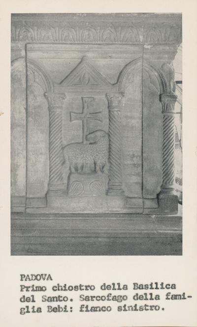 Padova, primo chiostro della Basilica del Santo. Sarcofago della famiglia Bebi: fianco sinistro