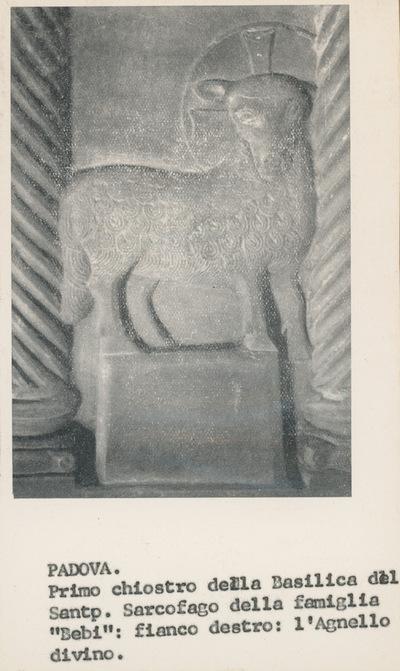 Padova, primo chiostro della Basilica del Santo. Sarcofago della famiglia Bebi: fianco destro, l'agnello divino