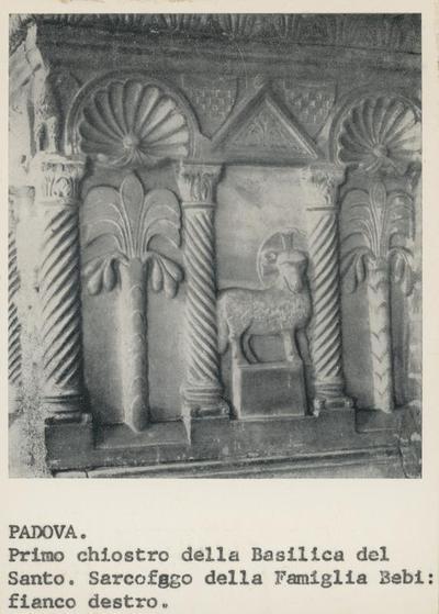 Padova, primo chiostro della Basilica del Santo. Sarcofago della famiglia Bebi: fianco destro