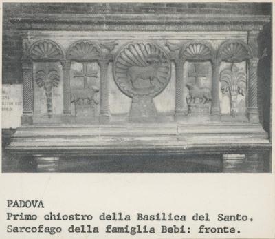 Padova, primo chiostro della Basilica del Santo. Sarcofago della famiglia Bebi: fronte