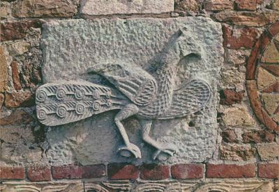 Abbazia di Pomposa (Ferrara) - Particolare della decorazione della facciata raffigurante un pavone
