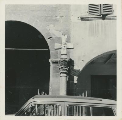 Galeata. Croce con capitello davanti al Museo Mambrini