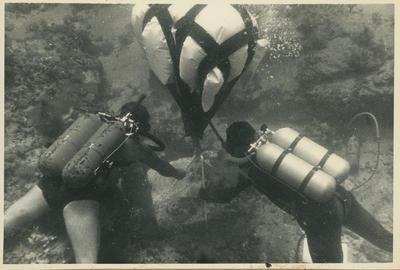 Relitto di Marzamemi. Scavi 1965. Recupero di una base di colonna per mezzo di un pallone di sollevamento (foto Kapitän)