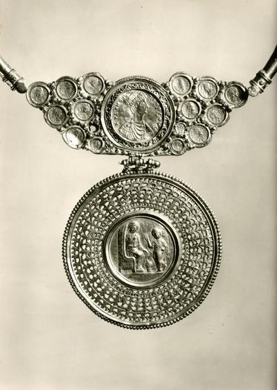 Berlino. Staatliche Museen. Pettorale tardoantico in oro - Monete di imperatori romani del VI sec. d. C.. Encolpio: L'Annunciazione