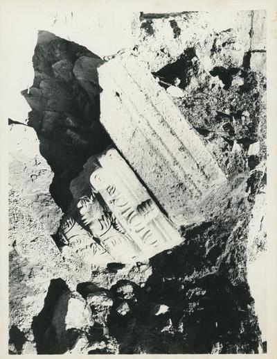 Hierapolis: Martyrium, ottagono. Capitello e relativo pulvino, in corso di liberazione dalle macerie