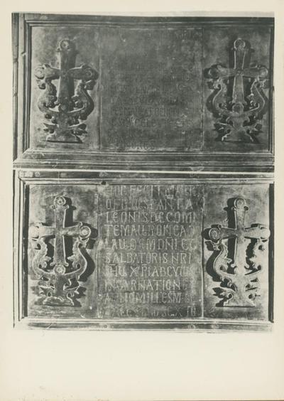 Montecassino: Badia, Porta: formelle con iscrizioni dedicatorie