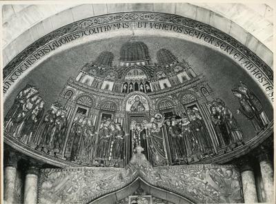 Venezia. Basilica di S. Marco. Trasporto del corpo di S. Marco, mosaico sopra la prima porta a sinistra nella facciata (Mosaico del XIII secolo)
