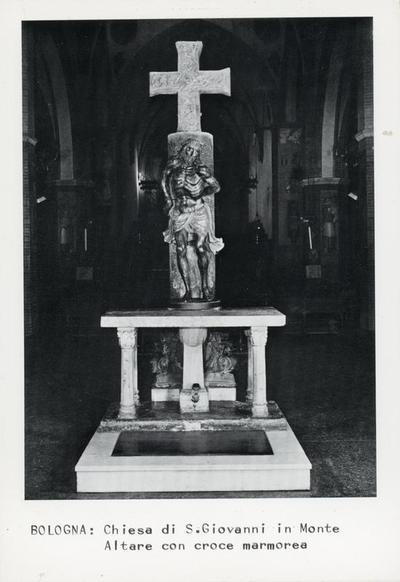 Bologna: Chiesa di S. Giovanni in Monte. Altare con croce marmorea