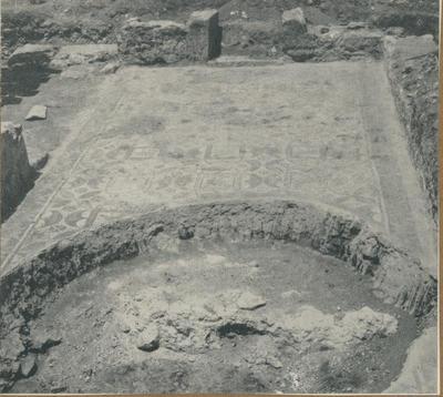 Pirrera. S. Croce Camarina: basilica bizantina. Aula di sinistra; ingresso e pavimentazione tessellata investita dalla fossa