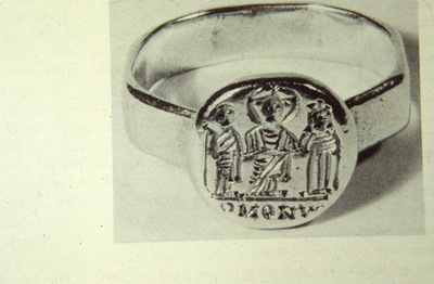 Gold ring with round engraved bezel depicting a married couple on the Christ's sides, Virginia Museum of Fine Arts, Richmond, USA