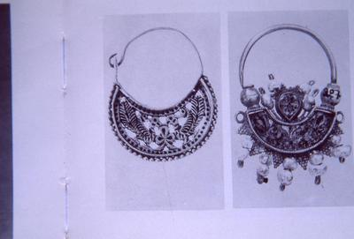Greece, Athens, Kanellopoulos Museum, gold earring decorated with a vegetal element between two peacocks (left); Crete, Heraklion, Historical Museum of Crete, gold earring decorated with granulation and pearls (obverse) (right)