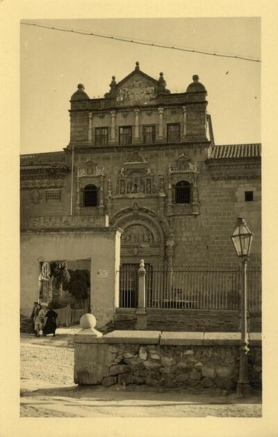 Toledo - Fachada del Hospital de Santa Cruz.-.