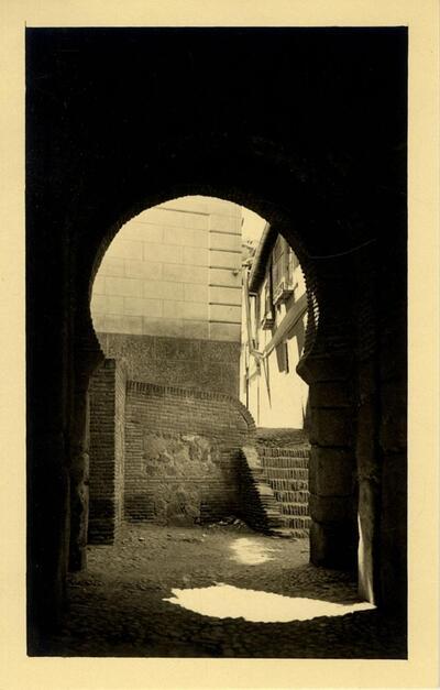 Toledo - Interior de la puerta de Alfonso VI.-.