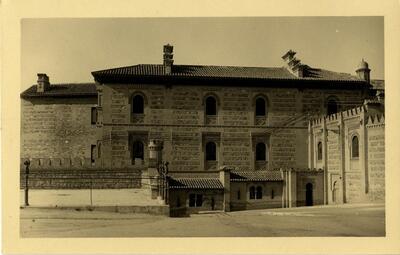 Toledo - Alcázar. Edificio de Capuchinos y paso curvo.-.