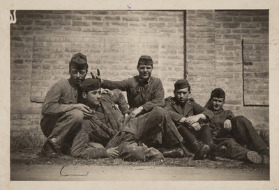 Group of soldiers in relaxed and playful mood | Gruppo di soldati rilassati e scherzosi