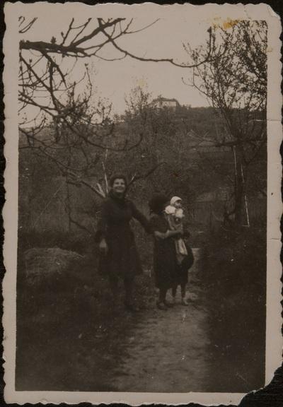 Women and children on a trail | Donne e bambini su un sentiero