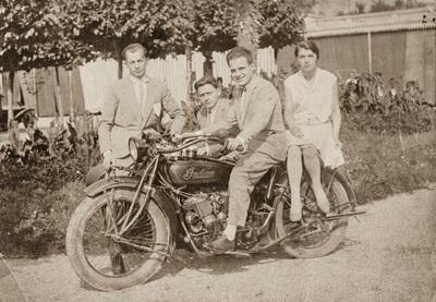 Group portrait with a motorbike | Gruppo di ragazzi in posa su una motocicletta