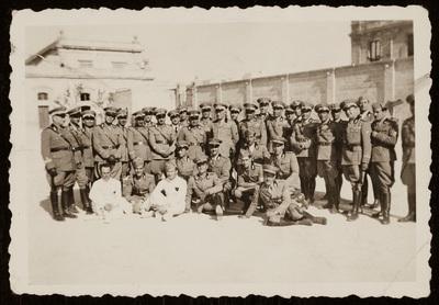 Group photo of soldiers at the military base | Foto di gruppo di soldati in caserma