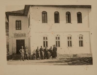 Group of soldiers in front of a building | Gruppo di militari davanti un palazzo