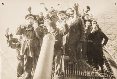 Cheering soldiers on the submarine | Festeggiamenti a bordo del sommergibile