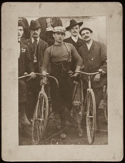 Group portrait with bicycles | Ritratto di gruppo con biciclette