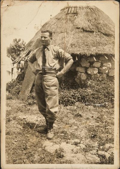 Soldier in front of a hut | Soldato davanti a una capanna