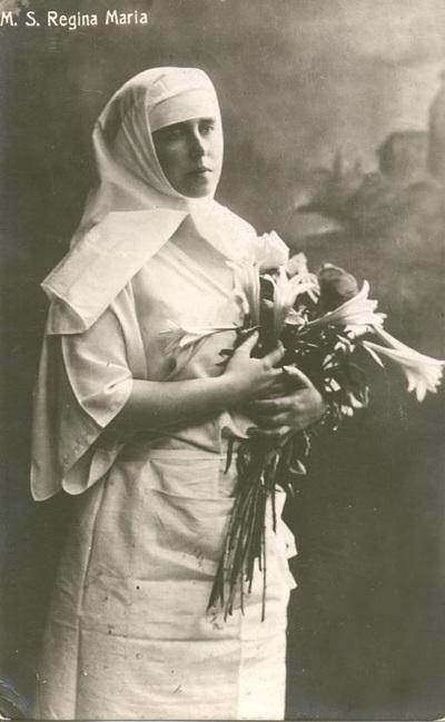 Regina Maria a Romaniei in uniforma de asistenta medicala