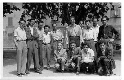 Gruppo di giovani in un cortile