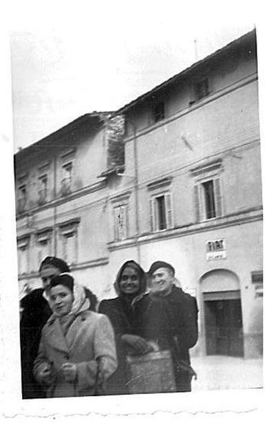 Capitini e un gruppo di persone ad Assisi
