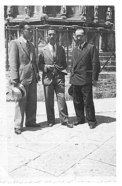 Capitini, Walter Binni e un uomoi davanti alla Fontana Maggiore