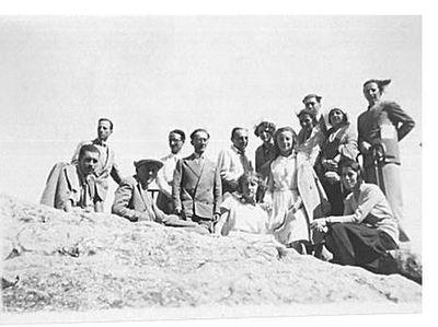 Capitini in cima a una roccia con un gruppo di persone