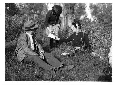 Capitini seduto sull'erba con una bambina e Maria Coli