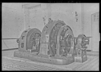 Génératrice et moteur (les postes 1 et 2 sont identiques), génératrice d'une force de 1000 kilowatt (la plus forte du monde), à gauche le moteur synchrone (tous [ces] appareils [sont] américains) [site de l'émetteur TSF Lafayette, Croix d'Hins, Gironde] : [photographie de presse] / [Agence Rol]