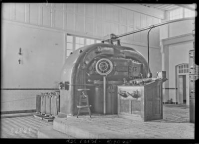 Arc convertisseur n°2 et condensateurs, ceux-ci se trouvent seulement sur cet arc [site de l'émetteur TSF Lafayette, Croix d'Hins, Gironde] : [photographie de presse] / [Agence Rol]