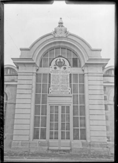 Plaque commémorative au poste TSF Lafayette, entrée principale du bâtiment central [Croix d'Hins, Gironde] : [photographie de presse] / [Agence Rol]