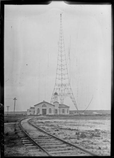 Vue d'un poste d'antenne et du bâtiment central [site de l'émetteur TSF Lafayette, Croix d'Hins, Gironde] : [photographie de presse] / [Agence Rol]