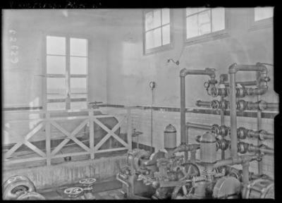 Ensemble des pompes à eau, huile et aspirateur de fumée [site de l'émetteur TSF Lafayette, Croix d'Hins, Gironde] : [photographie de presse] / [Agence Rol]