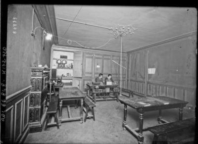 1921, Ecole centrale [Paris, rue Montgolfier, 3e arrondissement, un laboratoire] : [photographie de presse] / [Agence Rol]