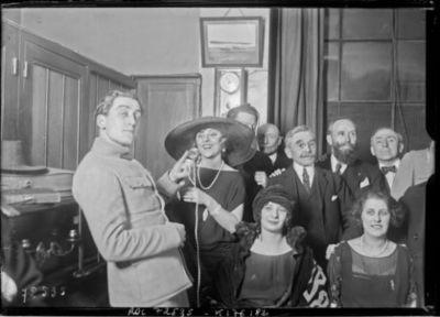 Concert à la Tour Eiffel par TSF, Yvonne Printemps, [le 7 mars] 1922 : [photographie de presse] / [Agence Rol]