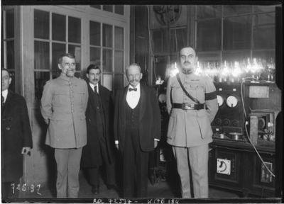 [De g. à d., devant le poste de TSF de la Tour Eiffel, le 7 mars 1922, le] général Ferrié, M. Strauss, [le] commandant [Léon] Jullien : [photographie de presse] / [Agence Rol]