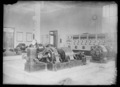 Un groupe à haute fréquence de 25 kilowatt, station continentale [de T.S.F. de Sainte-Assise] : [photographie de presse] / [Agence Rol]